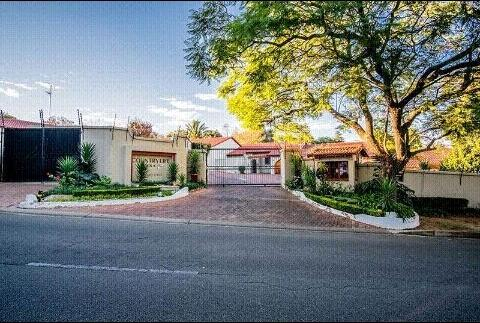 Townhouse For Rent in Bryanston, Sandton